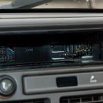 Enkel de slee zonder radio. Links achterin kun je de ISO stekkers zien zitten die achter in de radio gaan en rechts de antenne.
